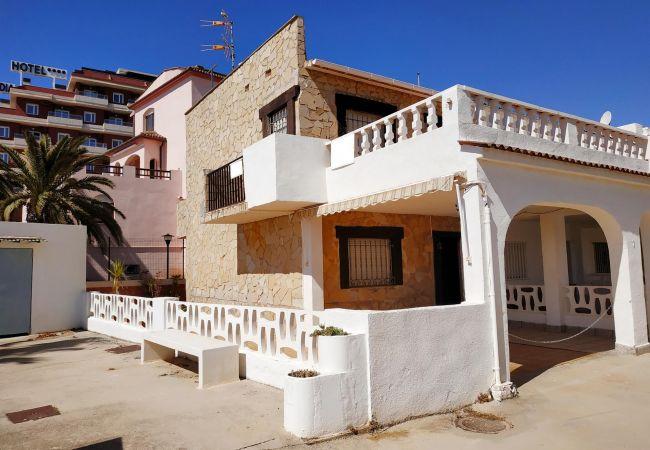 Bungalow en Peñiscola - Amplia casa en 1ª línea de playa con parking, barbacoa y 3 habitaciones